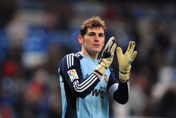 Comenzamos desde el arco. Iker Casillas, portero titular de 'La Roja' y...