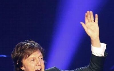 El músico británico Paul McCartney  se presenta durante su...