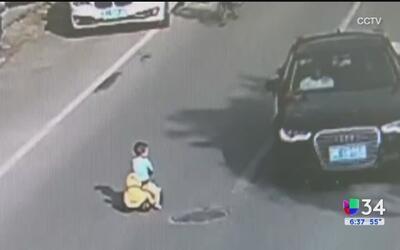 Un niño se paseó a bordo de su carrito en plena autopista