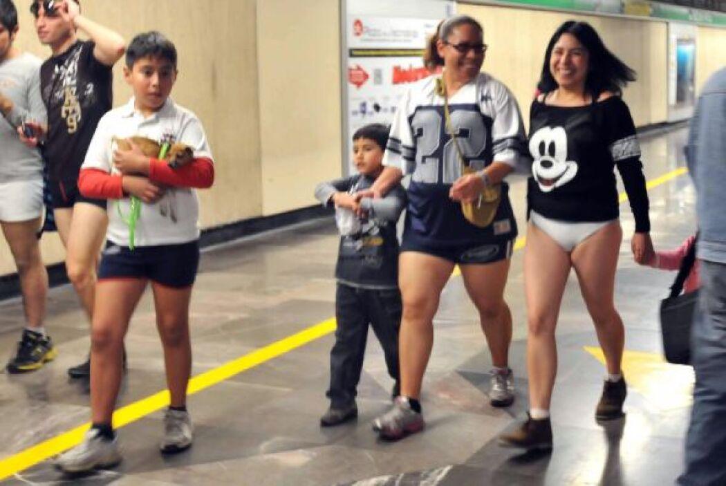 En el paseo participaron familias completas en calzoncillos.