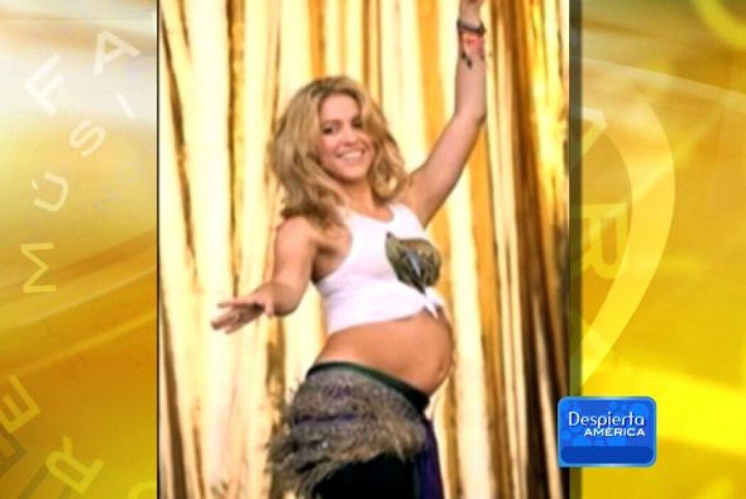 Casi por las mismas fechas, Shakira mostró su barriguita de segundo trim...