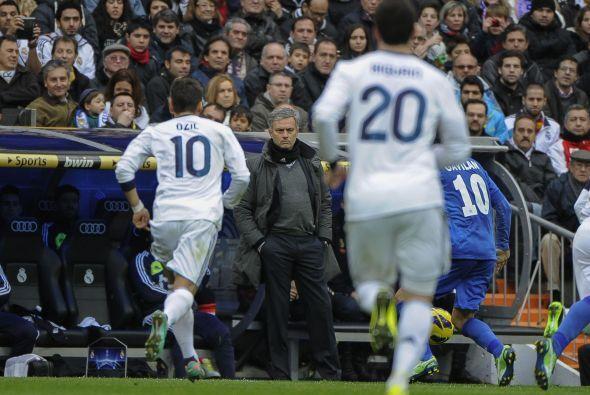 José Mourinho, tal y como es su estilo, veía el juego concentrado y espe...