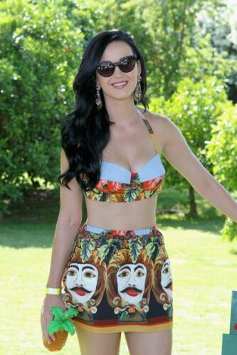 Katy Perry se veía muy guapa al ponérselo con una minifalda estampada.