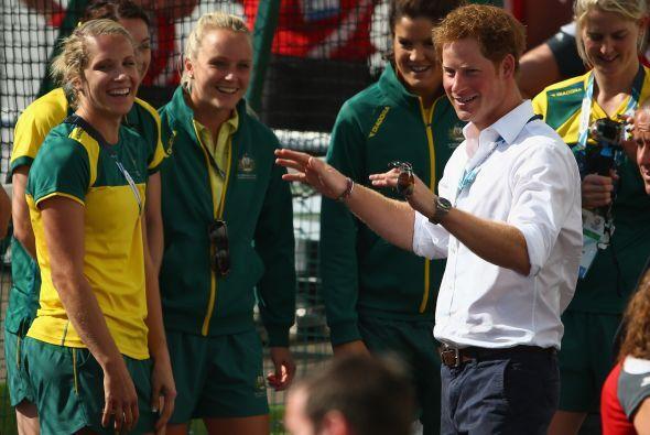 Harry hablando con atletas.