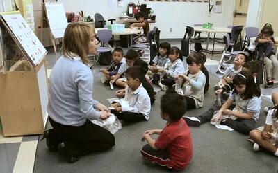Maestra en una clase de música con niños