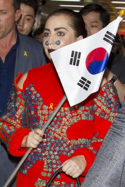 La cantante también portó una bandera del país, det...