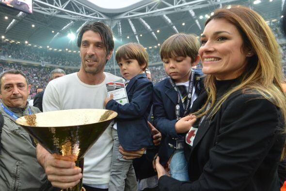 También veíamos al arquero Gianluigi Buffon con su esposa...
