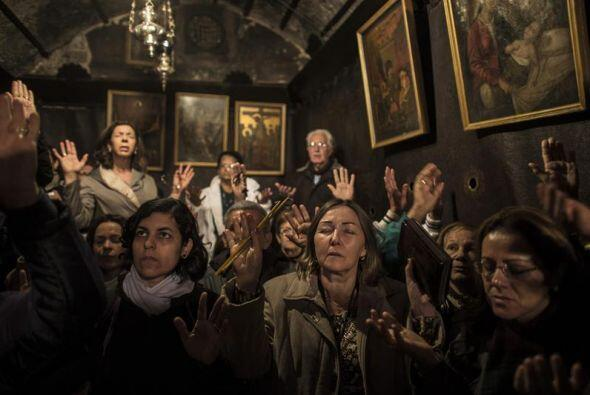 Cristianos rezan en la Gruta de la Natividad, donde según una creencia q...