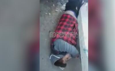 En video, un motociclista queda atrapado bajo un poste tras el impacto d...