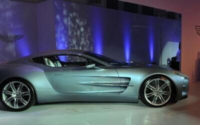 La firma inglesa Aston Martin debutó en la India, donde espera competir...