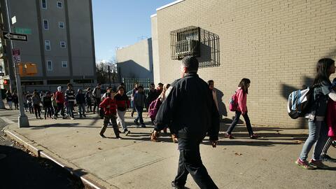 El uso de policías para ejercer disciplina en las escuelas de EEU...