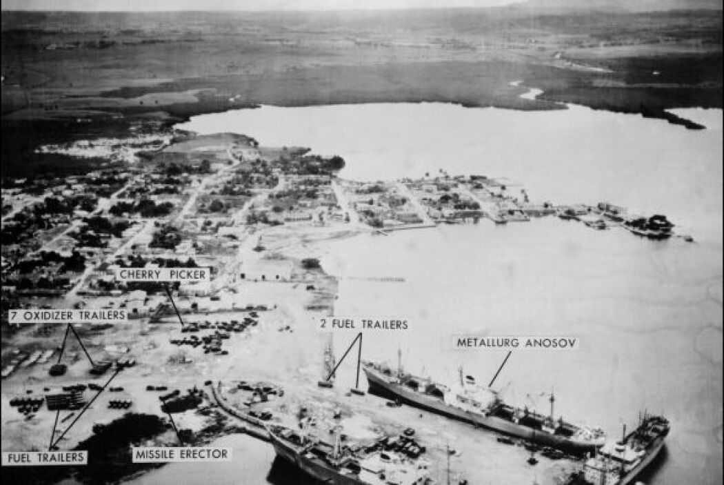 Foto aérea del 10 de noviembre de 1962 del puerto naval del Mariel muest...