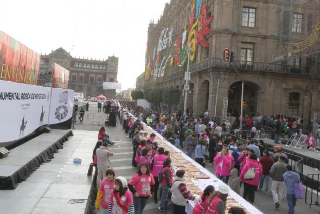 En esta ocasión el tradicional pan midió 1,440 metros (4,724 pies) y pes...