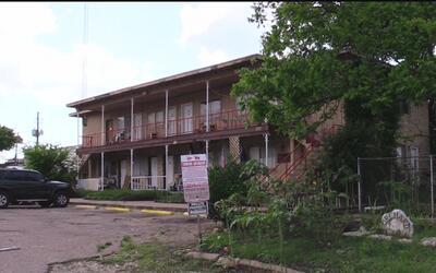 El concejo de Austin aprobó reubicar a las familias que viven en el comp...