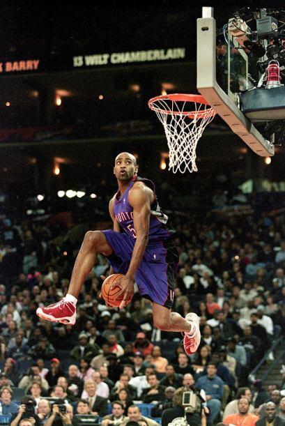 2000 - Vince Carter de los Toronto Raptors realiza dos de las clavadas m...