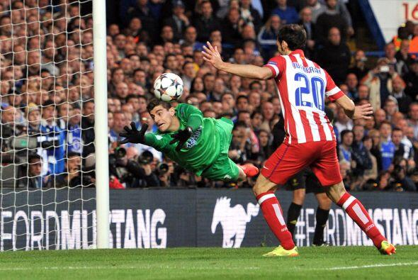 Courtois (9): En su primer partido en Stamford Bridge, la casa del equip...