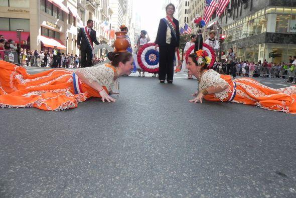 Familias hispanas desfilan por la 5ta Avenida ac69d376e830482baf377aa065...