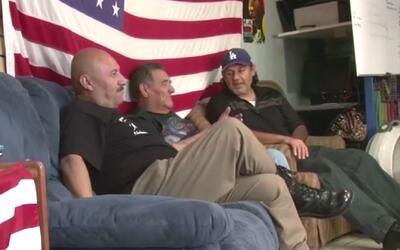 Tres veteranos de guerra deportados a sus países de origen recibieron in...