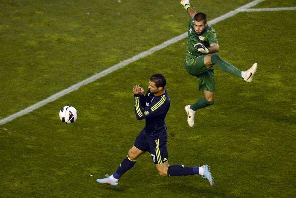 La defensa y el portero del rayo despejaban cada pelota que estaba cerca...