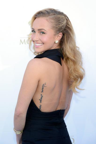 Aquí se puede ver un poco del tatuaje en la espalda de la actriz, que es...