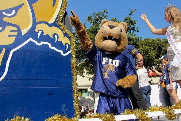 La mascota oficial de FIU, la pantera dorada en la carroza de la Univers...
