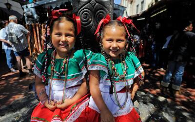 Niñas celebrando el Cinco de Mayo en la placita Olvera en Los Ángeles