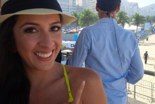 La guapa catracha no podía dejar de observarlo y basta con ver su sonris...