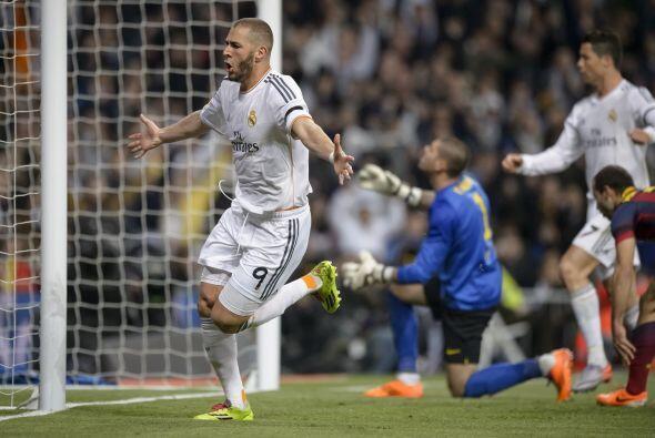 El portero Víctor Valdés hizo su mayor esfuerzo por alcanz...