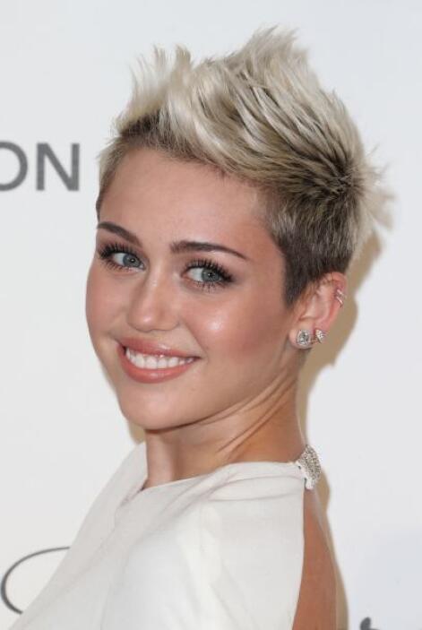 ¿Qué sería de un cabello cortito sin un mohicano? Si Cyrus sabe cómo ada...