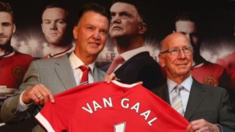 El holandés fue presetado al lado del mítico Sir Bobby Charlton.