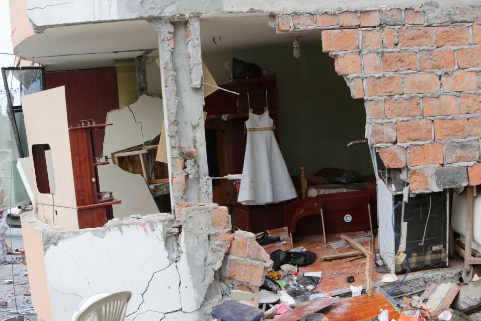 A contrarreloj, buscan sobrevivientes entre los escombros tras el terrem...