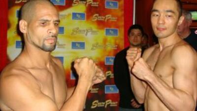 Danny Santiago y Shumenov cumplieron con el pesaje.
