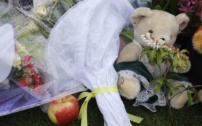 Ofrendas en honor a la maestra Jennifer Paulson, asesinada en 2010 en la...