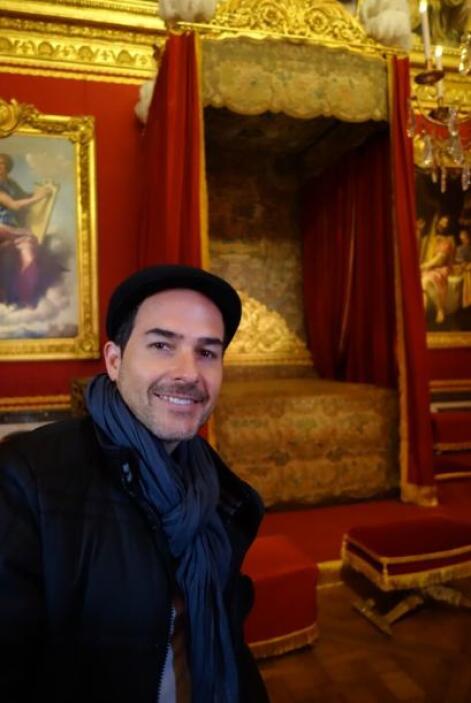 Dentro del palacio, Carlos pudo entrar hasta la recamara que perteneció...