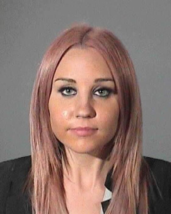 """Claro, es Amanda Bynes con su peluca rubia. Aquí con un """"bello"""" tono ros..."""