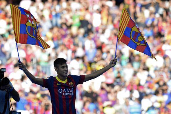 Neymar sostuvo un par de banderas del Barcelona para responder a toda la...