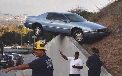 Un auto accidentado en South La Brea Ave, Baldwin Hills, Los Angeles (ar...