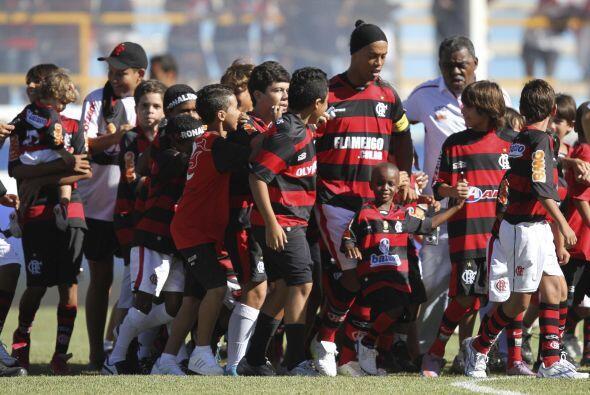 La locura por la presencia de Ronaldinho en el fútbol brasileño continúa...