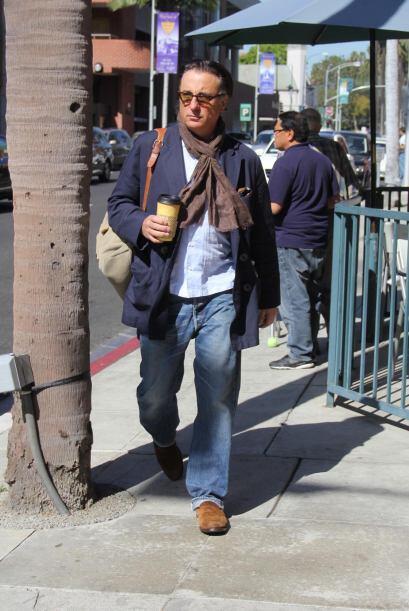 Andy Garcia parece un profesor universitario, mientras toma su café matu...