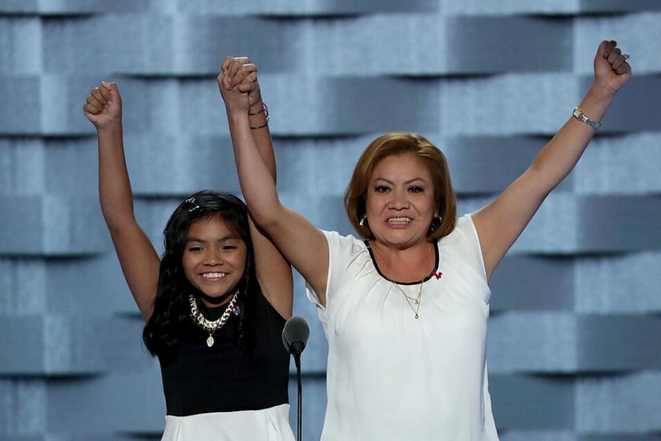 La niña de 11 años Karla Ortiz y su madre Francisca durante la Convenció...