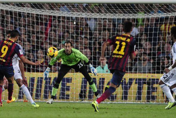 Al tratar de sacarse la marca vio adelantado a Diego López.