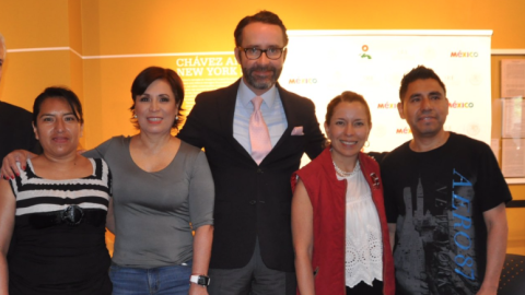 Robles, con camisa gris, junto al cónsul Diego Gómez-Pickering (al centr...
