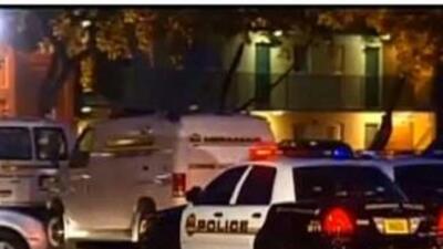 La policía acudió apartamentos The Ashlar, cerca de la University Drive...