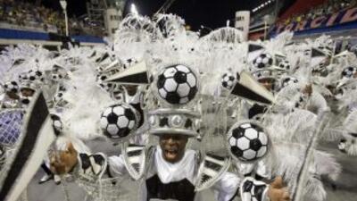 Brazuca, la pelota del Mundial, protagonista del carnaval de San Pablo.
