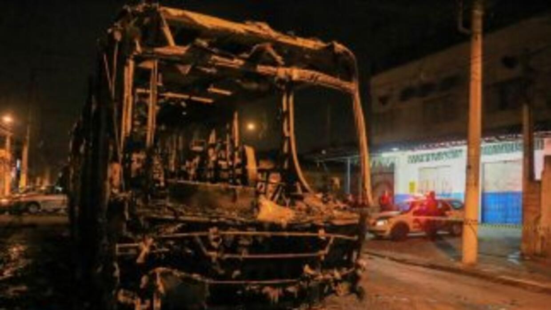 Un camión de transporte público fue incendiado por diversas personas no...