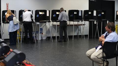 Votantes de la Florida se acercan a las urnas de votación para la...