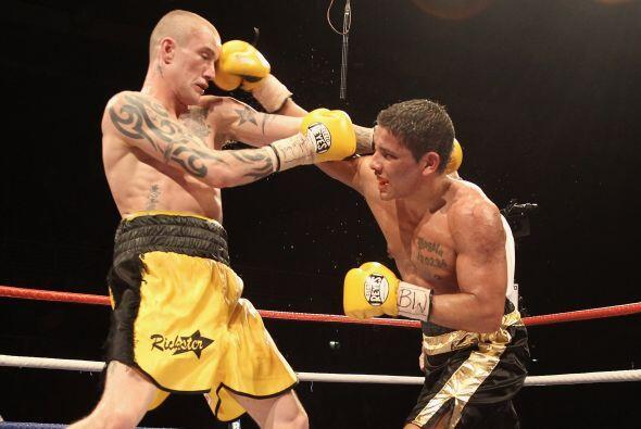 El escocés Ricky Burns (amarillo) derrotó por puntos al no...