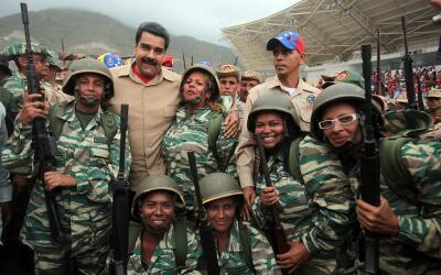 Nicolás Maduro con miembros de la Milicia Bolivariana en mayo de 2016