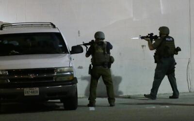 Cinco policías murieron baleados por francotiradores en Dallas, T...