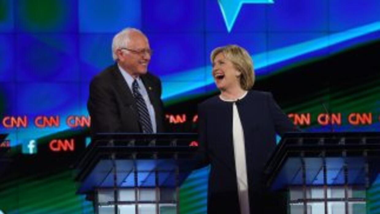 Sanders y Clinton estrechan manos